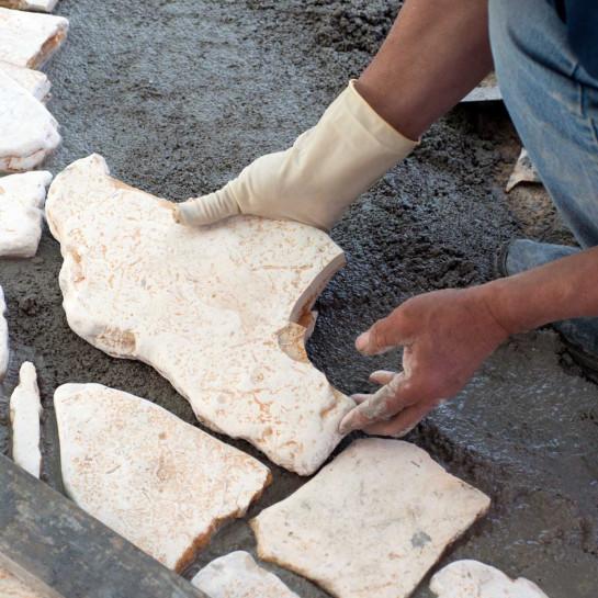 Terrasse aus Keramik- oder Natursteinplatten